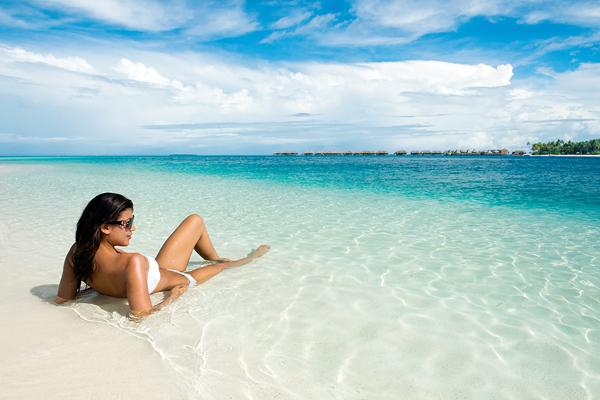Conrad_Maldives_beach_with_models_3_HR