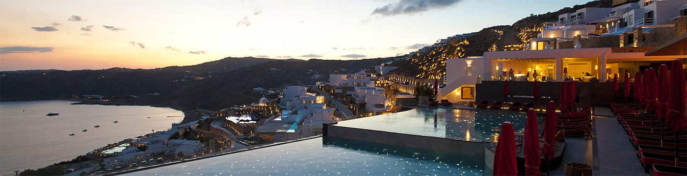 Фотография отеля Myconian Avaton Resort главный бассейн вечером - Греция, Миконос