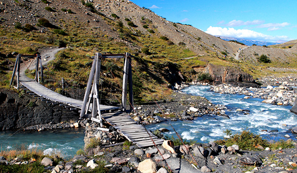 punta-arenas-torres-del-paine-hanging-wood-bridge600-350
